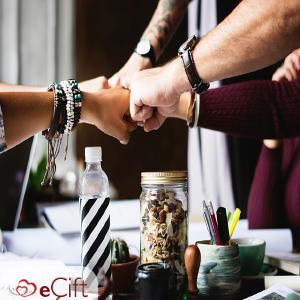 Arkadaş gruplarımız ortaktır, birlikte vakit geçirmekten keyif alıyoruz.